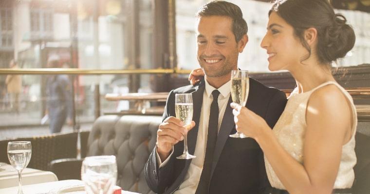 シャンパンを飲む男女