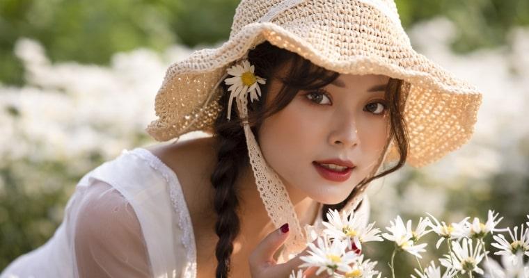 花畑でこちらを向く女性の写真